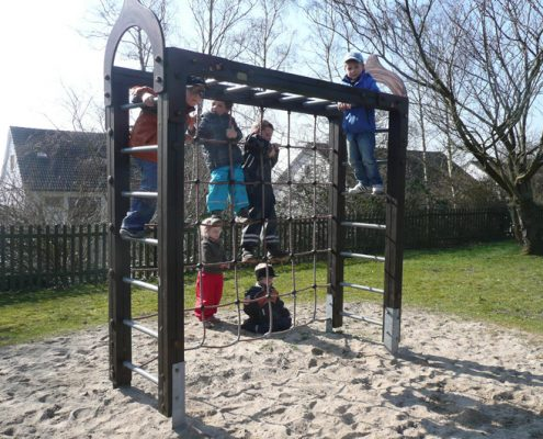 Kinder auf dem Klettergerüst